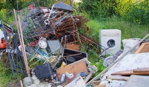 Разчистване на дворно място от боклуци