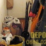 Събира стари дрехи и мебели за изхвърляне