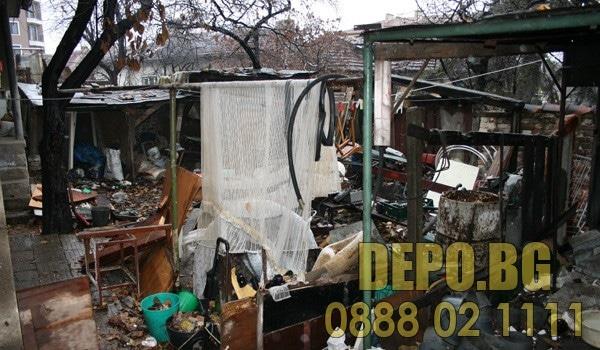 Почистване на двор и демонтаж на бараки