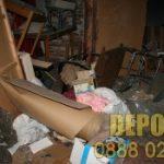 Изхвърля стари мебели от къща в Редута