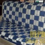 Евтино изхвърляне на стар и захабен диван
