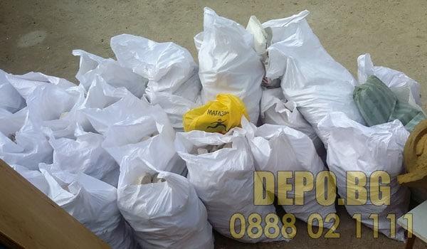 Извозване на чували с боклук в София