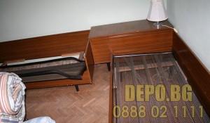 Бригада за изнасяне на стар диван и легла