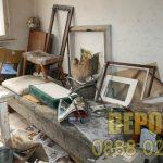 Изхвърляне на стари мебели до сметище